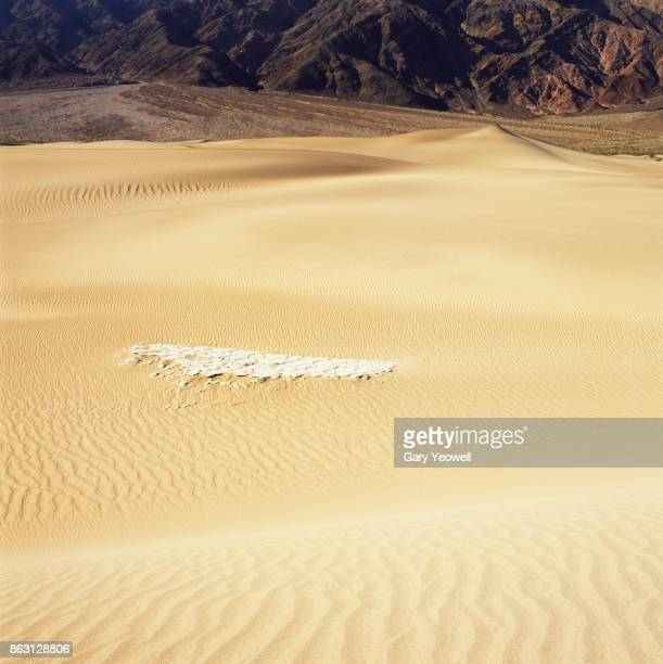 sand dunes in death valley - yeowell stock pictures, royalty-free photos & images