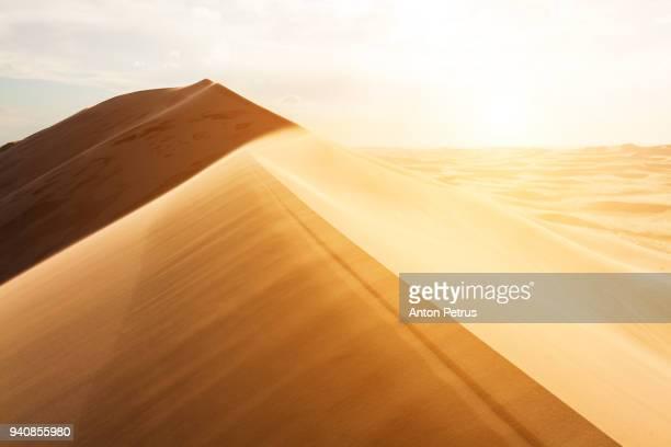 sand dunes in the desert at sunset - qatar fotografías e imágenes de stock