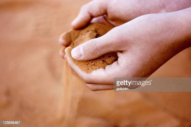 Sand fallen über die Hände