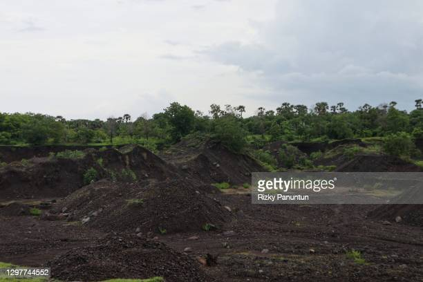 sand mine in savanna tianyar - zambezi river stock pictures, royalty-free photos & images