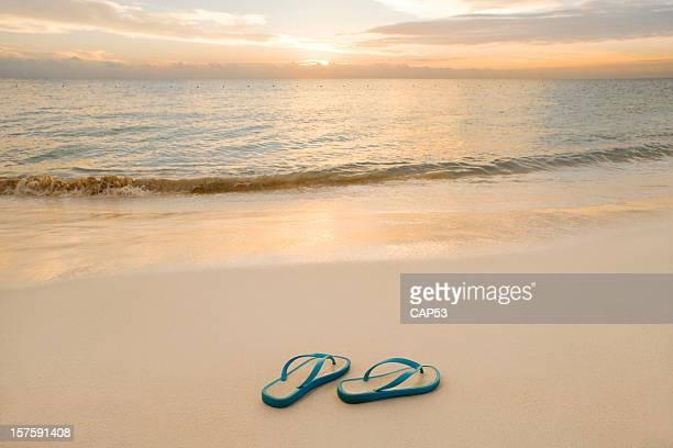 Sandalias en la playa con un buen Sunrise