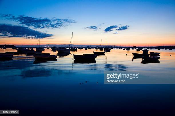 サンドバンクスハーバーでの夕暮れの海 - プール湾 ストックフォトと画像