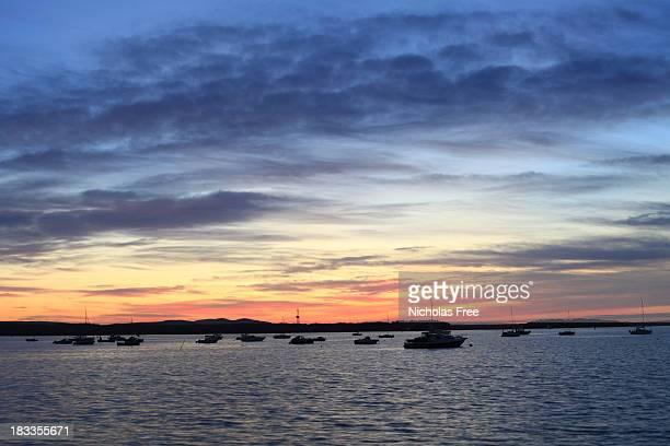 サンドバンクスハーバーに沈む夕日 - プール湾 ストックフォトと画像