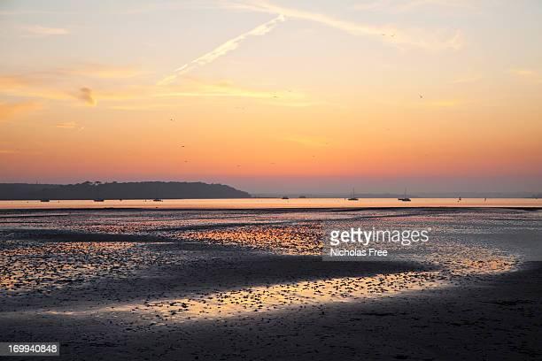 サンドバンクス lowtide 夕日 - プール湾 ストックフォトと画像