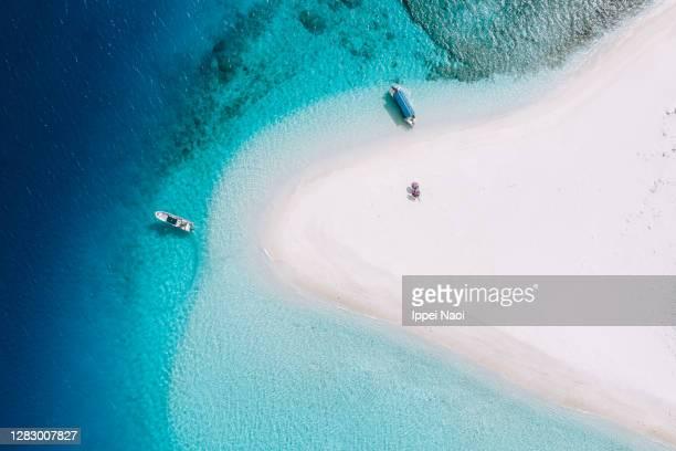 sandbar with blue tropical water from above, okinawa, japan - oceano pacífico - fotografias e filmes do acervo