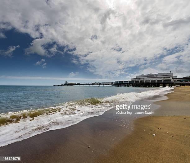 sandown beach - s0ulsurfing stockfoto's en -beelden