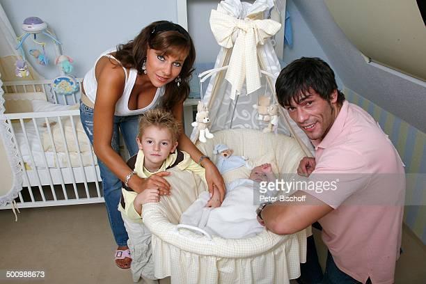 Sandra HoffmannUrsache Ehemann Adrian Ursache Sohn MarvinLorenzo Baby LaurinMaurice Homestory Reuden Deutschland PNr 1667/06 Familie Kind BabyWiege...