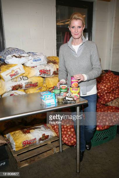 Sandra Lee volunteers at Yorkville Common Pantry on January 31 2011 in New York City