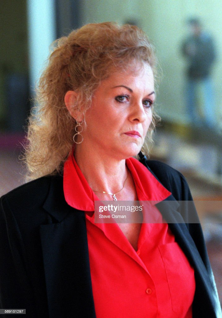 Sandra Lemich the third wife of accused bigamist Lloyd Wetzel outside Courtroom 12 at the Ventura Co : ニュース写真