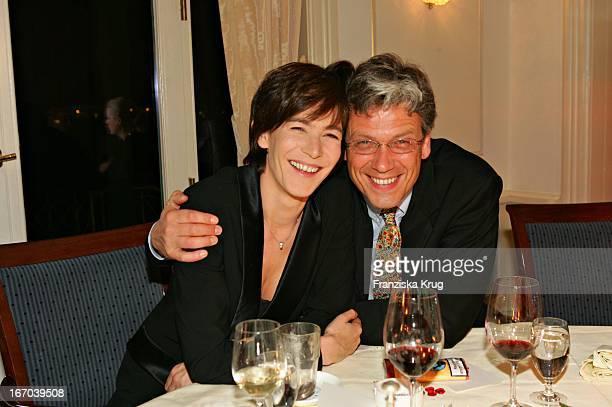 """Sandra Maahn Und Freund Dr. Christoph Goetz Bei Der Verleihung Des """"Couple Of The Year 2005"""" Im Hotel Louis C. Jacobs Von Der Zeitschrift Gala Und..."""