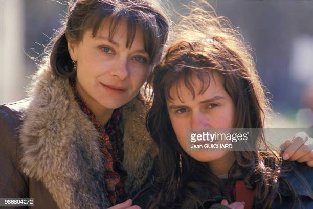 Sandrine Bonnaire et Macha Méril sur le tournage du film 'Sans toit ni loi' réalisé par Agnès Varda le 20 mars 1985, France.