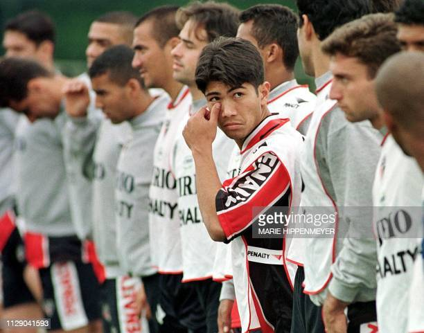 Sandro Hiroshi of the soccer club of San Pablo stands in line with his teammates 20 October 1999 San Pablo Brazil El atacante Sandro Hiroshi hace...