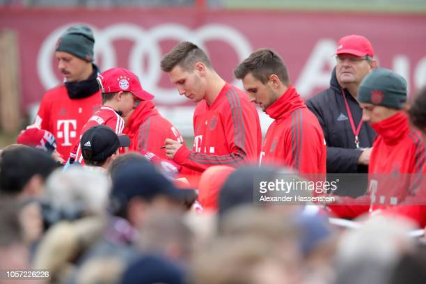 Sandro Wagner Niklas Suele Sven Ullreich and Leon Goretzka of Bayern Muenchen sign autographs during a Bayern Muenchen training session at Saebener...