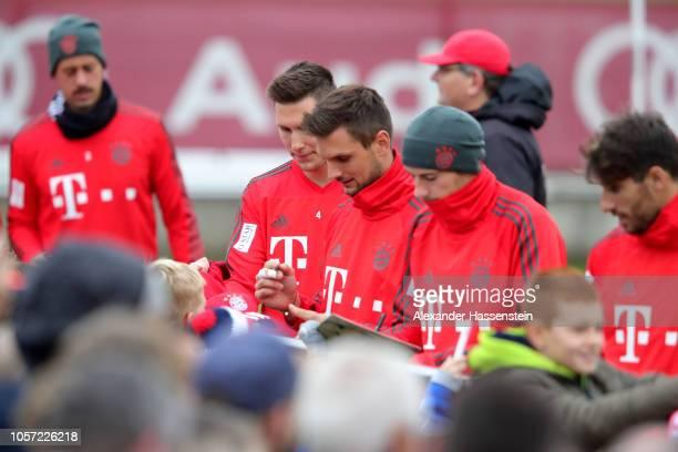 Sandro Wagner Niklas Suele Sven Ullreich Leon Goretzka and Javier Martinez of Bayern Muenchen sign autographs during a Bayern Muenchen training...