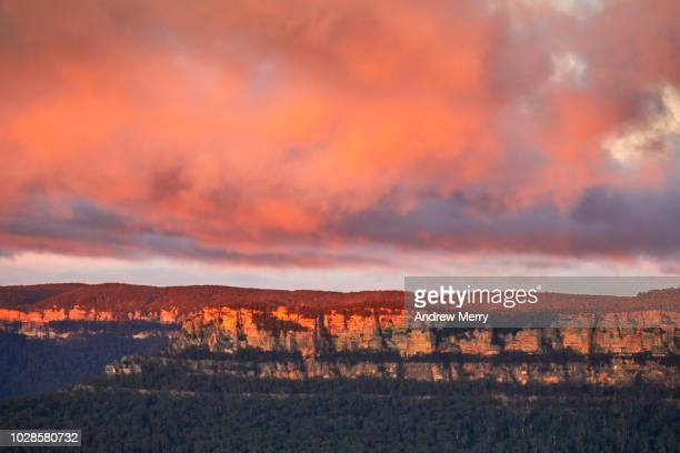 sandstone escarpment and clouds at sunrise, blue mountains, australia - blue mountains national park stock pictures, royalty-free photos & images
