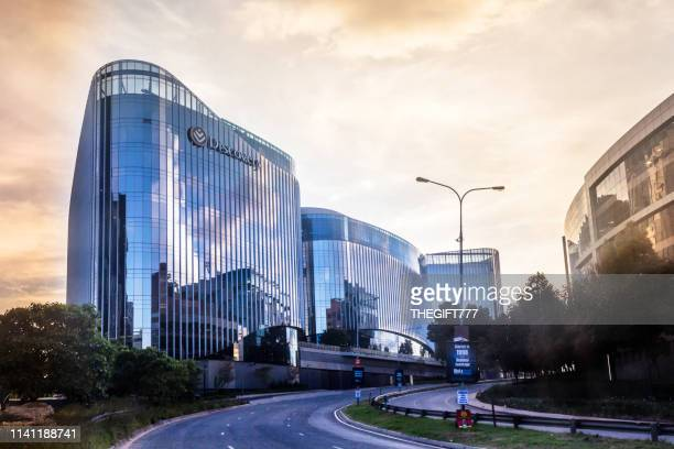 sandton city discovery building on katherine st, at sunset - sandton stock pictures, royalty-free photos & images
