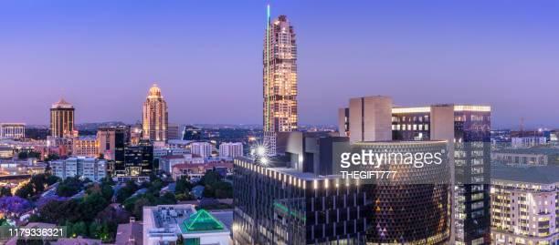 レオナルドの建物と夕暮れ時のサントンシティのパノラマ - ヨハネスブルグ ストックフォトと画像