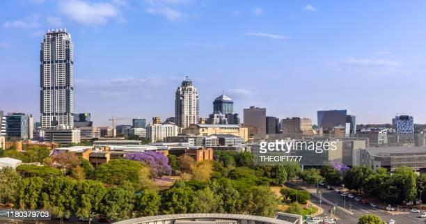 sandton city panorama overdag met het leonardo-gebouw - johannesburg stockfoto's en -beelden