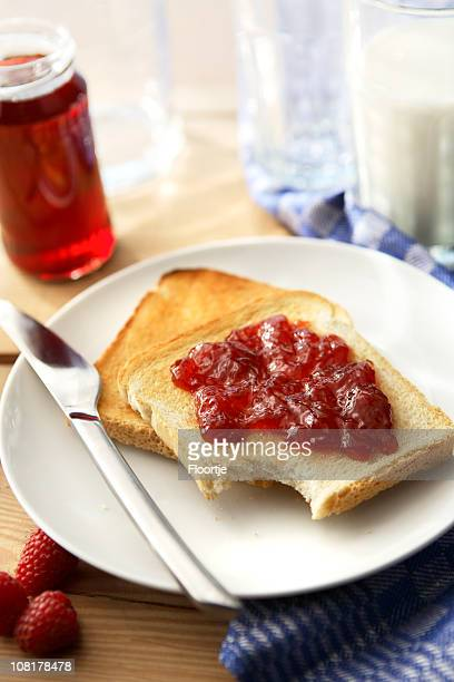 Sandwich-Stills: Toast mit Himbeermarmelade
