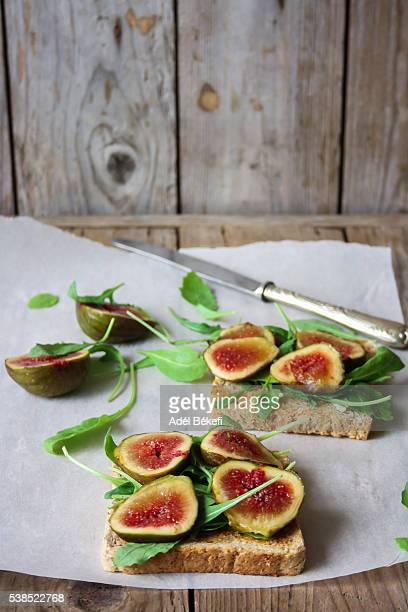 Sandwich with fig and arugula