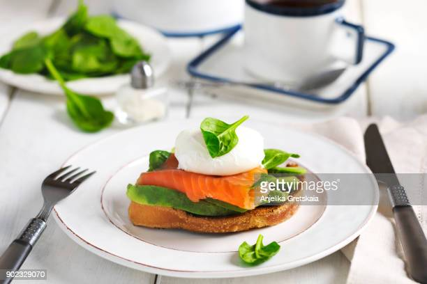 sandwich with poached egg, smoked salmon and avocado - avocado toast stockfoto's en -beelden