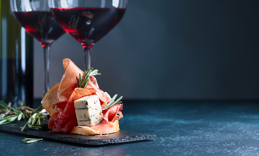 Sandwich with prosciutto, blue cheese and rosemary . 1089311816