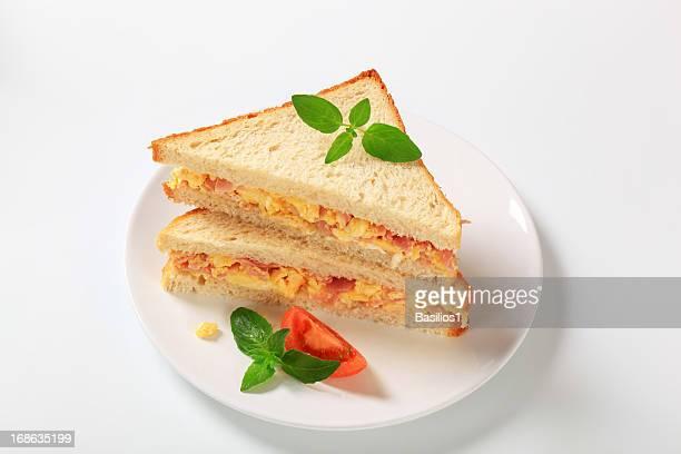sandwich avec scramled eggs and ham
