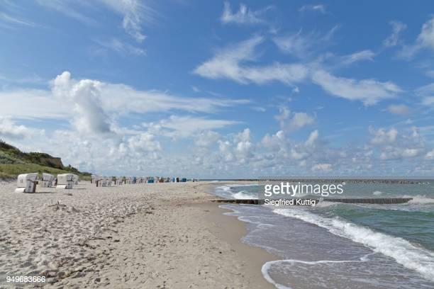 sandy beach with beach chairs, ahrenshoop, fischland, mecklenburg-western pomerania, germany - fischland darss zingst photos et images de collection