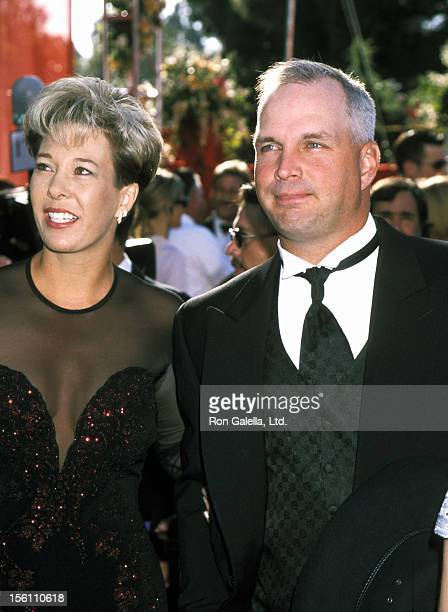Sandy Mahl and Garth Brooks during 72nd Annual Academy Awards Arrivals at Shrine Auditorium in Los Angeles California United States