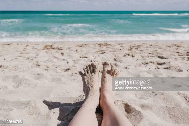 pov sandy toes - waterkant stockfoto's en -beelden
