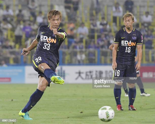 Sanfrecce Hiroshima's Tsukasa Shiotani scores from a free kick during a match against Kashiwa Reysol at Hitachi Kashiwa Stadium in Chiba Prefecture...