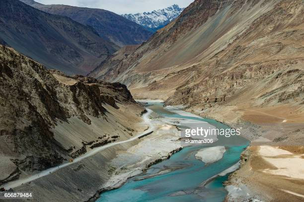 sangam  indus and zanskar rivers meeting in leh ladakh - kashmir fotografías e imágenes de stock