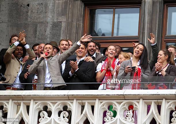 Sangen gemeinsam auf dem Balkon RAFINHA FC Bayern München Melanie Behringer FC Bayern München FC Bayern München Feier auf dem Marienplatz mit der...