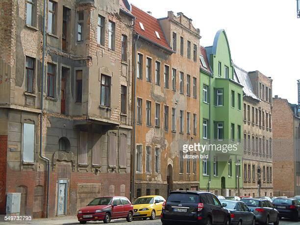 Sanierte Häuser und Ruinen aus der Zeit um 1890 stehen in der Krukenbergstraße Aufgenommen in Halle/Saale am 23 April 2013