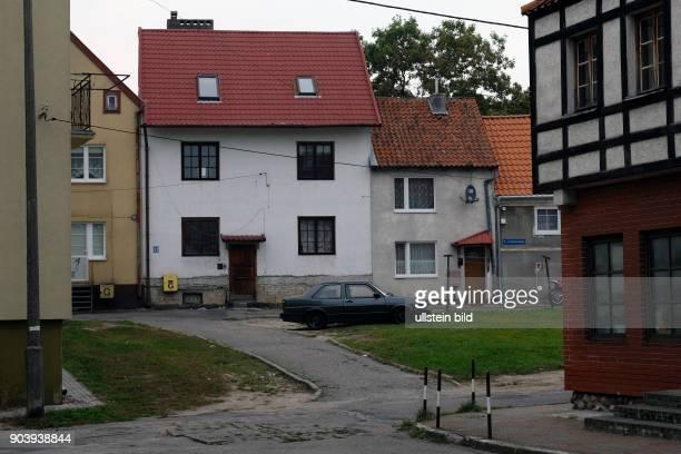 Sanierte Wohnhäuser der im 2 Weltkrieg weitgehend zerstörten Altstadt entlang der Stadtmauer der polnischen Kleinstadt Morag / Mohrungen