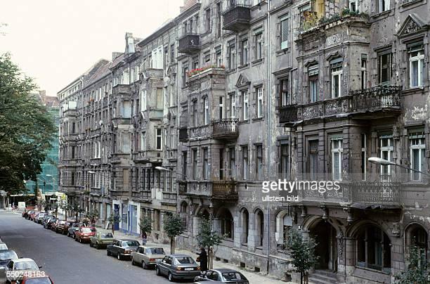 Sanierungsbedürftige Wohnhäuser in der Greifenhagener Strasse in BerlinPrenzlauer Berg