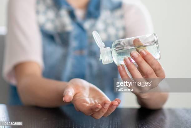 desinfección y limpieza para evitar la propagación del coronavirus. - hand sanitizer fotografías e imágenes de stock