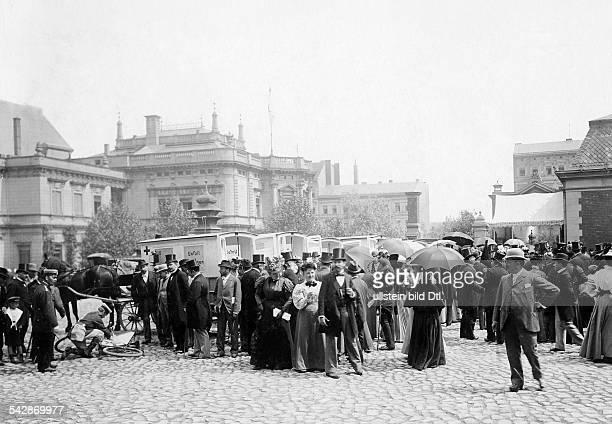 Sanitätsübung vor Zuschauern freiwilligeKrankenpfleger in Berlin 1897Aufnahme Zander und Labisch
