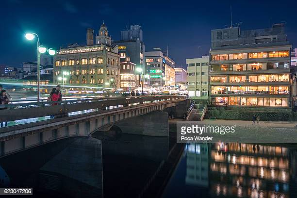 sanjo ohashi bridge to shijo dori shopping street, kyoto - fluss kamo stock-fotos und bilder