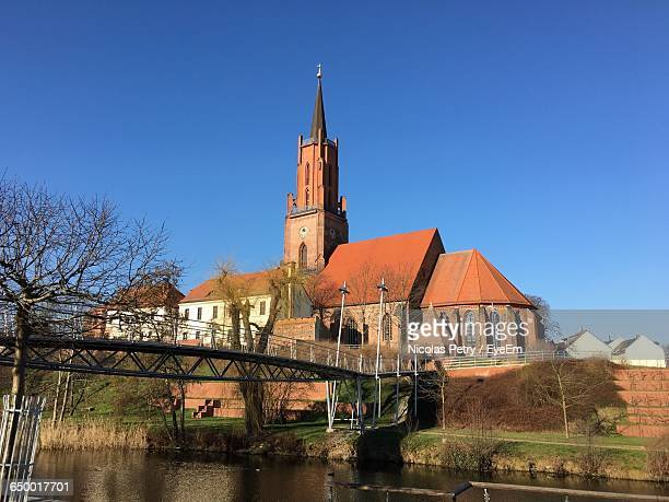 sankt-marien-andreas-kirche by river against clear blue sky - kirche ストックフォトと画像