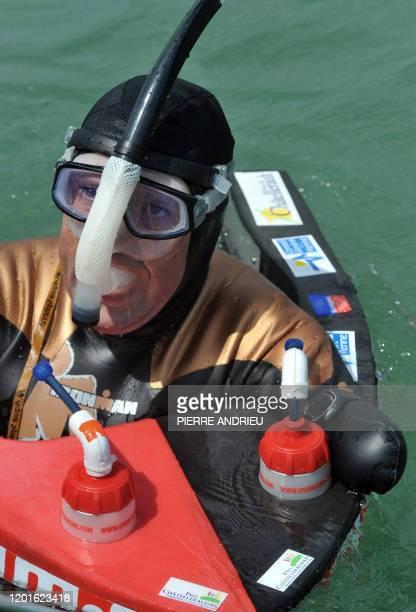 Sans bras ni jambes il s'apprête à traverser la Manche Philippe Croizon amputé des quatre membres après une électrocution se ravitaille lors d'un...