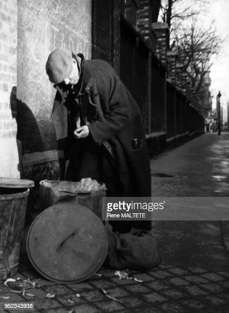 Sansabris fouillant une poubelle à Paris France