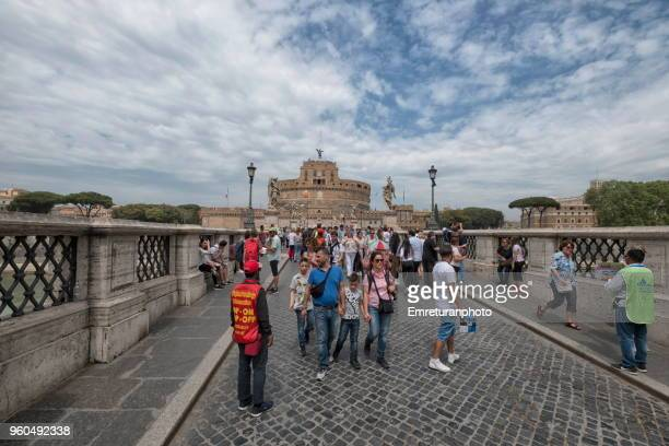san't angelo bridge across tiber river with tourists and vendors on a cloudy day. - emreturanphoto stock pictures, royalty-free photos & images