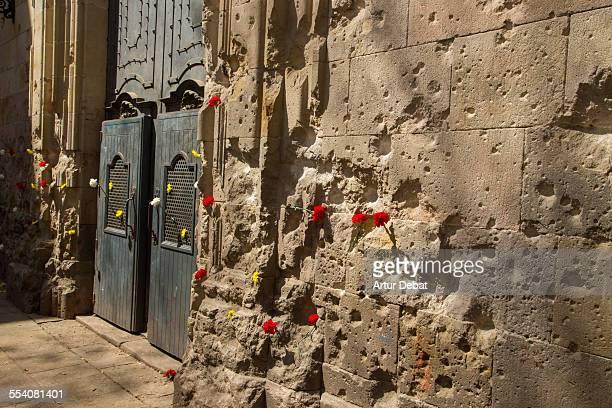 sant felip neri war bombing façade with carnations - guerra civil española fotografías e imágenes de stock
