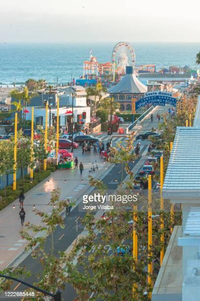 忙しい季節のサンモニカ桟橋 - サンタモニカ ストックフォトと画像