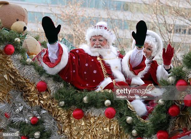 Santa and Mrs. Claus wave to the crowd during the 6ABC/IKEA Thanksgiving Day Parade November 27, 2008 in Philadelphia, Pennsylvania. The Philadelphia...