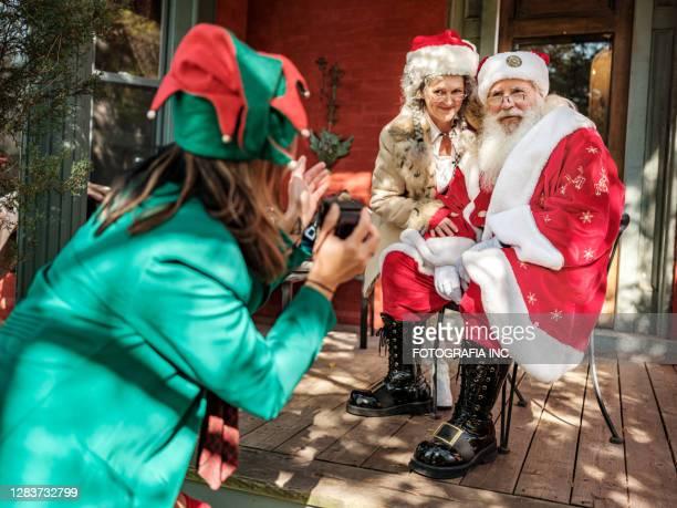 santa e mrs.clause posano per le foto per elfo - mamma natale foto e immagini stock