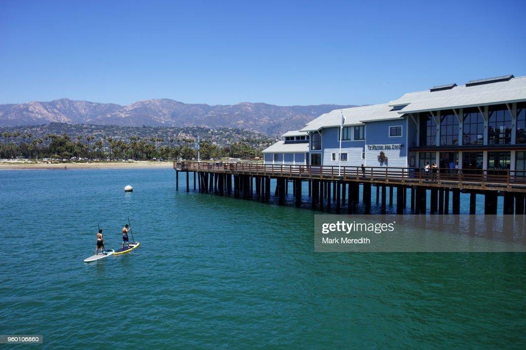 Santa Barbara Pier and paddle boarders : Stock-Foto
