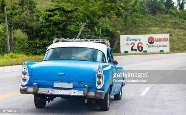 santa clara, cuba: vintage car driving on the road to camajuani - キューバ サンタクララ ストックフォトと画像