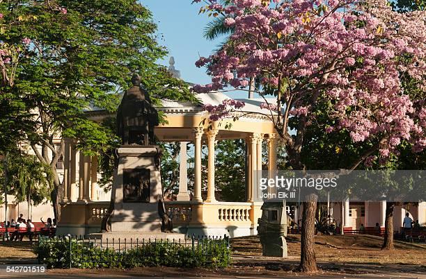 santa clara, parque vidal, bandshell - キューバ サンタクララ ストックフォトと画像